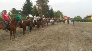 Lezione di equitazione sul pole bending.